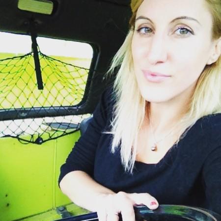 Je suis dans le camion de pompiers abandonné. Je mets cette photo juste parce que je trouve mes yeux trop beaux.